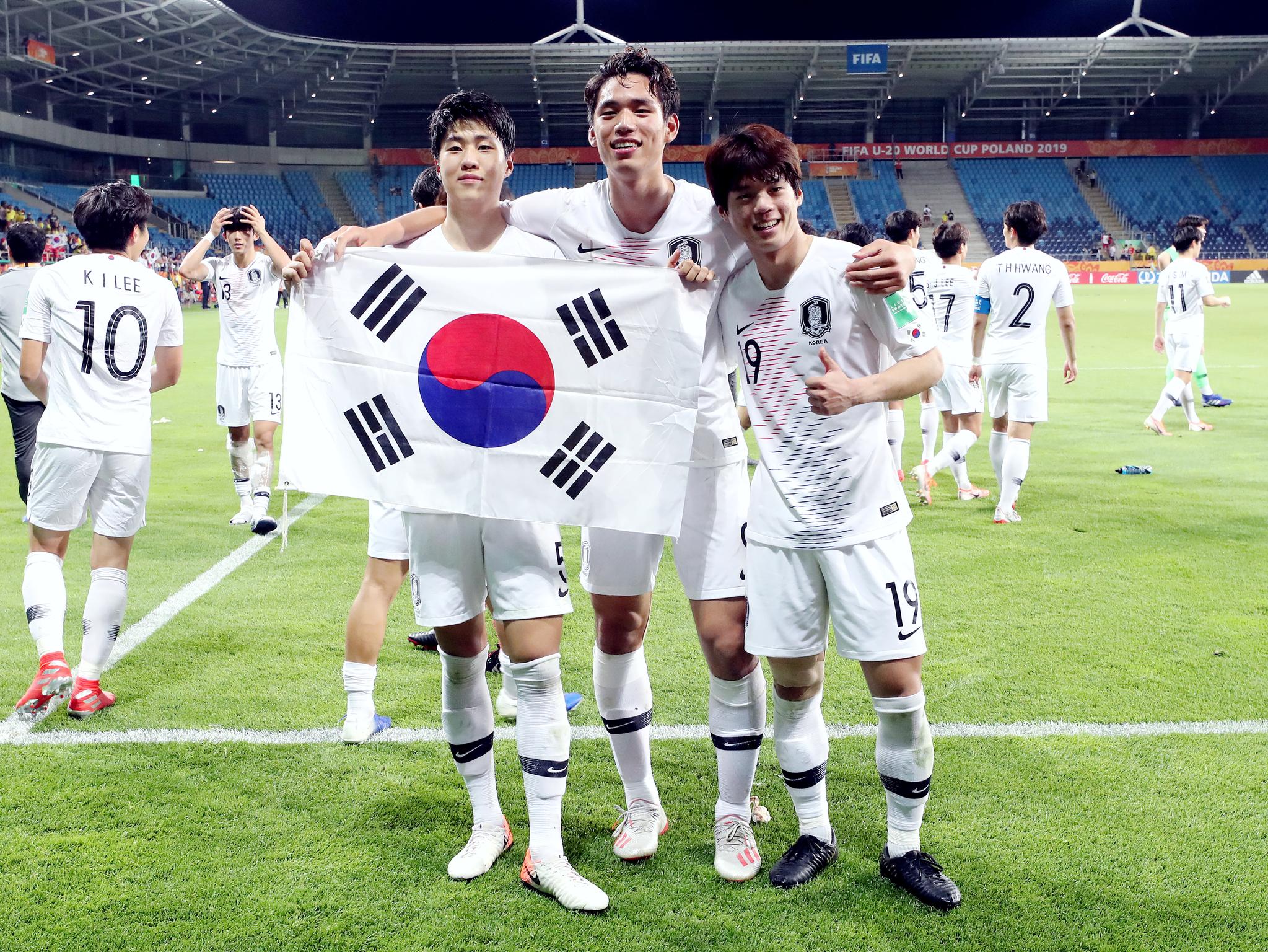 12일 에콰도르를 꺾고 U-20월드컵 사상 첫 결승에 진출한 김현우(왼쪽부터), 오세훈, 최준이 태극기를 들고 기쁨을 나누고 있다. [뉴스1]