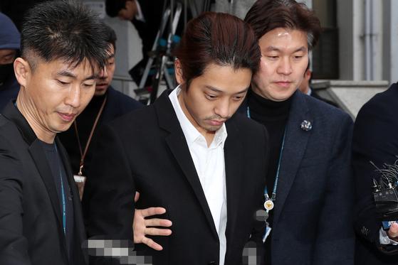 이성과의 성관계를 불법 촬영해 유포한 혐의를 받고 있는 가수 정준영(30)이 3월 29일 오전 서울 종로경찰서를 나서 검찰로 송치되고 있다. [뉴스1]