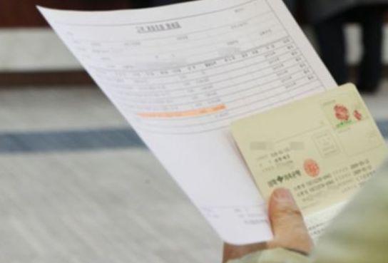 저축은행에서 고객이 통장과 관련 서류를 들고 상담 순서를 기다리고 있다. [중앙포토]