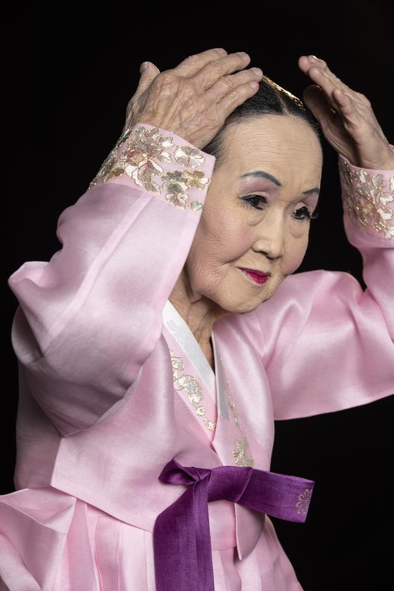 """85세 춤꾼 권명화 명인. """"예술을 하는 사람은 단정해야 한다""""는 그는 머리카락 하나 흐트러지지 않은 모습이었다. 권혁재 사진전문기자"""
