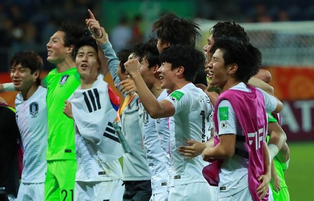 정정용 감독이 이끄는 한국 U-20 축구대표팀은 12일 열린 FIFA U-20 월드컵 4강전에서 에콰도르를 상대로 1-0 승리를 거뒀다. 이날 승리로 정정용호는 한국 남자 축구 역사상 FIFA 주관 국제대회 첫 결승행에 성공했다. 경기 종료 후 기뻐하는 U-20 대표팀 선수들의 모습. 연합뉴스 제공