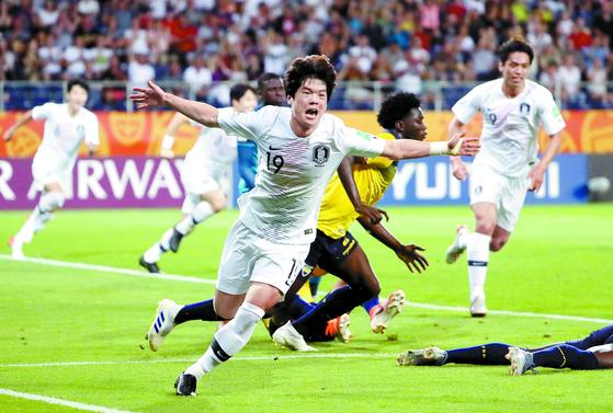 어려서 프로에 진출하는 사례가 많은 축구에서 최준(왼쪽)은 대학생 선수다. 그가 결승골을 넣고 기뻐하고 있다. [뉴스1]