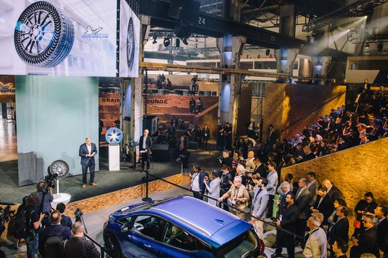 지난 4일(현지시간) 캐나다 몬트리올에서 열린 글로벌 모빌리티 포럼 '무빙 온 서밋'에서 스티브 키퍼 제너럴 모터스(GM) 수석 부사장(무대 위 왼쪽)과 에릭 비네스 미쉐린 R&D 부사장이 '업티스'를 공개하고 있다. [사진 미쉐린]