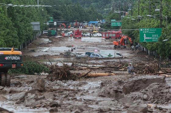 2011년 우면산 산사태 당시 토사로 뒤덮인 남부순환도로와 주변. [중앙일보]