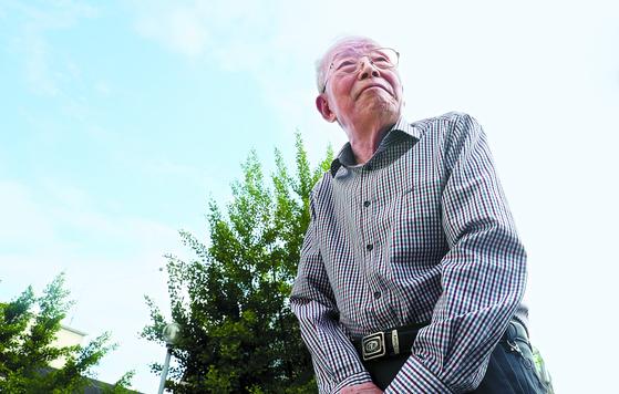 서울 서대문구 '독일 병정' 이우천씨가 아파트 단지를 걷고 있다. 3년 전 95세 때 네 시간에 걸쳐 심장수술을 받았고 지금은 막걸리를 즐길 정도로 정상을 유지한다. [우상조 기자]