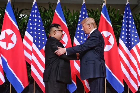 지난해 6월 12일 도널드 트럼프 미국 대통령과 김정은 북한 국무위원장이 싱가포르 센토사 섬 카펠라호텔에서 만나 인사하고 있다.[EPA=연합뉴스]