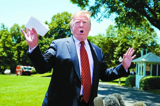 """도널드 트럼프 미국 대통령이 11일(현지시간) 백악관을 떠나며 기자들과 만나 '김정은으로부터 어제 아름다운 친서를 받았다. 그것은 매우 개인적이고 매우 따뜻하며 매우 멋진 친서였다""""고 말했다. 트럼프 대통령이 손에 들고 있는 건 멕시코와의 합의 내용이 담긴 미공개 문서다. [AP=연합뉴스]"""