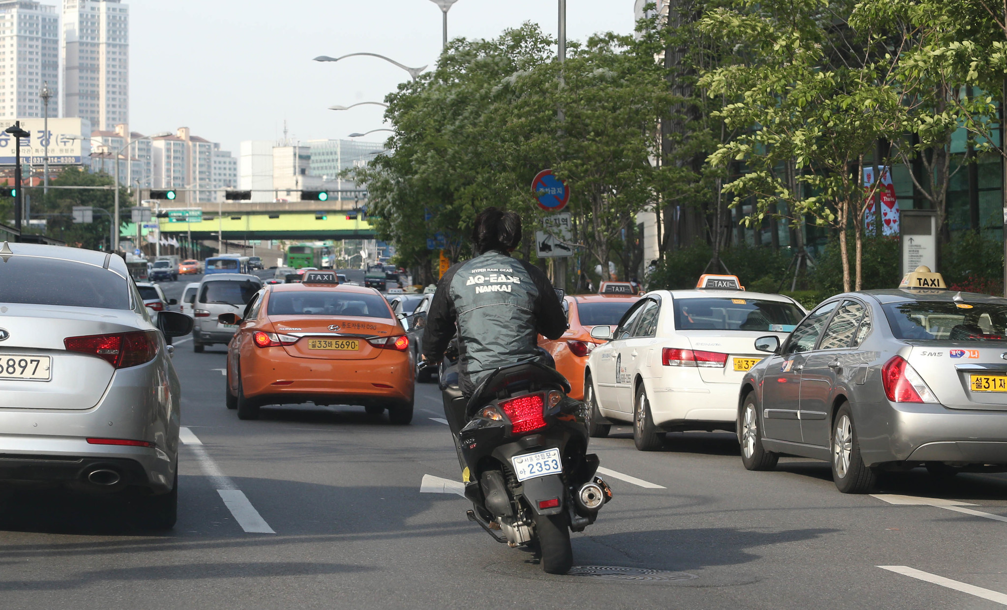 국내의 오토바이헬멧 착용률은 선진국에 비해 여전히 뒤떨어진다. [중앙포토]