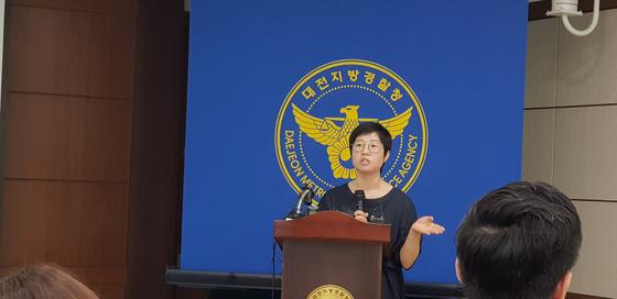 문화재청 관계자가 13일 대전지방경찰청에서 열린 신안 앞바다 도굴문화재 은닉사범 검거사건 브리핑에서 회수한 도자기에 대해 설명하고 있다. 신진호 기자
