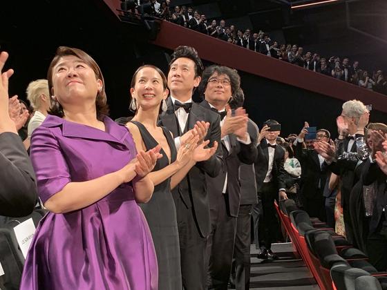 영화 '기생충' 제작진이 22일 제72회 칸영화제 경쟁부문 갈라 상영 후 기립박수를 받고 있다. [사진 CJ엔터테인먼트]