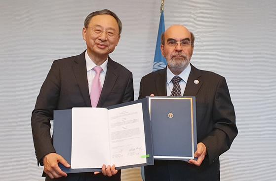 KT와 유엔식량농업기구(FAO)는 ICT 기반의 농업혁신을 위한 업무협약(MOU)을 체결했다. KT 황창규 회장(왼쪽)과 FAO 호세 그라치아노 다 실바 사무총장. [사진 KT]