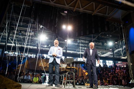 지난 6일(현지시간) 캐나다 몬트리올에서 열린 모빌리티 포럼 '무빙 온 서밋'에서 행사 주관사 C2의 대표 리차드 생-피에르(왼쪽)와 플로랑 메네고 미쉐린 CEO(왼쪽에서 두번째)가 폐막행사에 참여하고 있다. [사진 미쉐린]