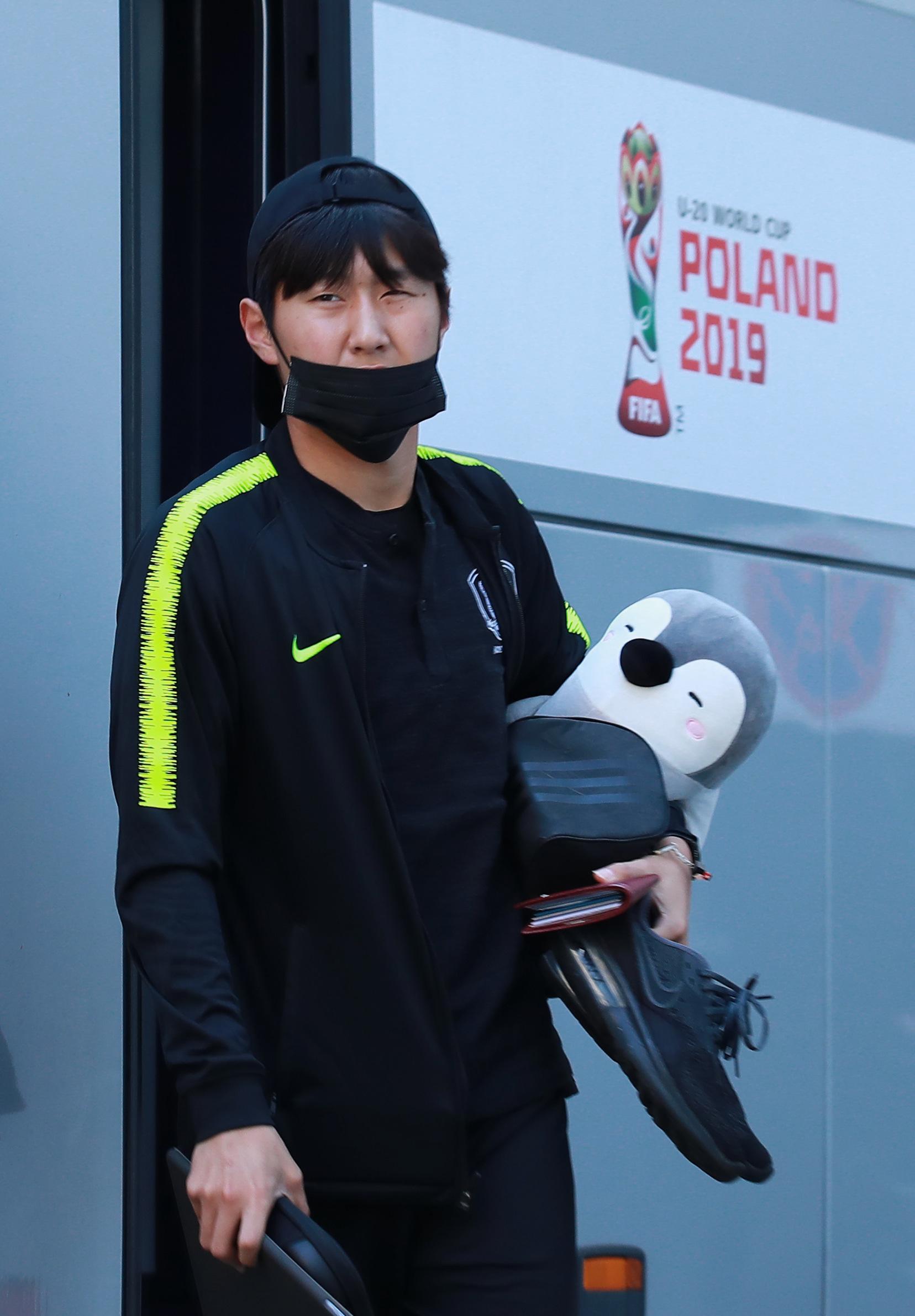 U-20 월드컵 결승에 진출한 대표팀 이강인이 12일 오후(현지시간) 결승전 개최지인 폴란드 우치의 대표팀 숙소에 도착해 버스에서 내리고 있다.[연합뉴]
