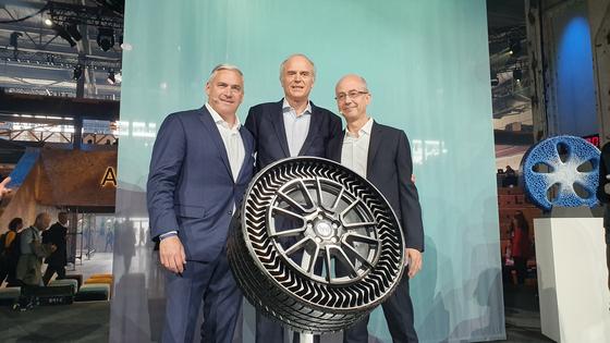 지난 4일(현지시간) 캐나다 몬트리올에서 열린 모빌리티 포럼 '무빙 온 서밋'에서 스티브 키퍼 제너럴 모터스(GM) 수석 부사장(왼쪽 첫번째), 플로랑 메네고 미쉐린 CEO(가운데), 에릭 비네스 미쉐린 R&D 부사장이 에어리스 타이어 신제품 '업티스'를 소개하고 있다. 몬트리올=윤상언 기자