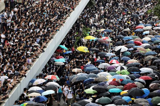 홍콩서 지난 12일(현지시간) 법죄인 인도법 추진을 반대하기 위해 거리로 몰려나온 시위대의 모습.[로이터=연합뉴스]
