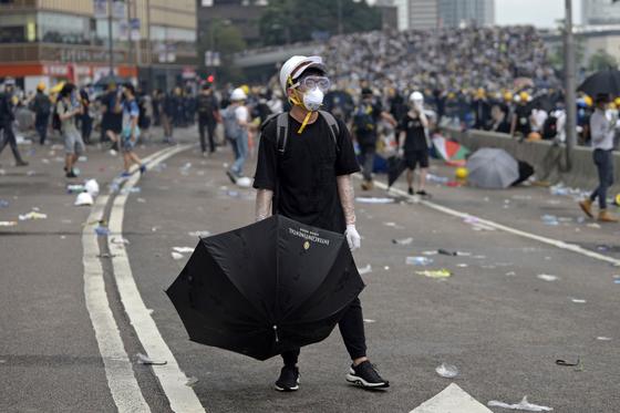 12일 홍콩 입법회 건물 인근에서 범죄인 인도법 개정안 반대 시위를 벌이고 있는 시민들. [EPA=연합뉴스]