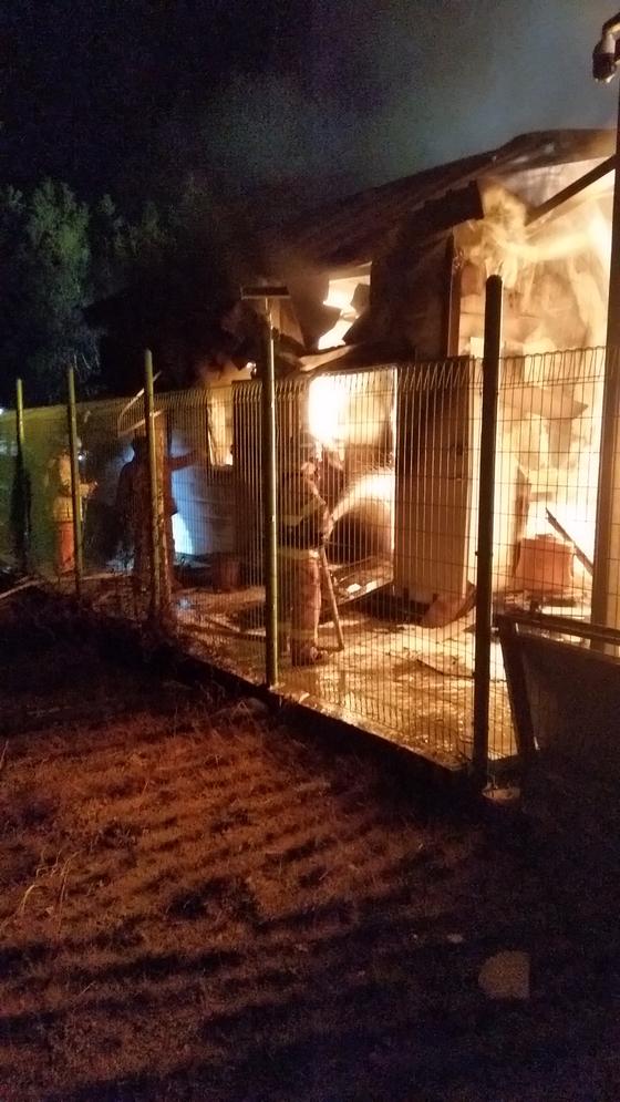 지난해 12월 22일 강원 삼척시 근덕면 궁촌리 태양광 발전설비 에너지저장장치( ESS )에서 화재가 발생해 119대원들이 불을 끄고 있다. 이 화재로 18억원의 재산 피해가를 입었다. [중앙포토]