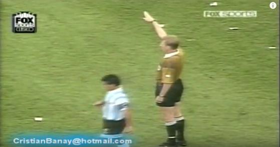 아르헨티나 마라도나는 1994년 미국월드컵 나이지리아전에서 상대 허를 찌르는 프리킥으로 카니자의 골을 도왔다. [유투브 캡처 ]