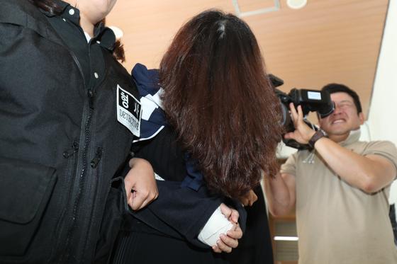 '제주 전 남편 살해 사건' 피의자 고유정이 12일 오전 제주 동부경찰서에서 제주지검으로 송치되고 있다. [연합뉴스]