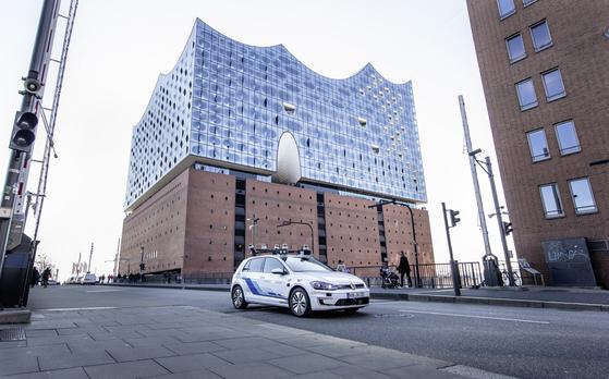 세계 최대 완성차 업체 폴크스바겐은 독일 함부르크 일반 도로에서 레벨4 수준의 자율주행차 테스트를 하고 있다. 자율주행과 차량공유를 결합해 일반 승용차 운행을 극단적으로 줄인다는 게 폴크스바겐이 꿈꾸는 모빌리티의 미래다. [사진 폴크스바겐]