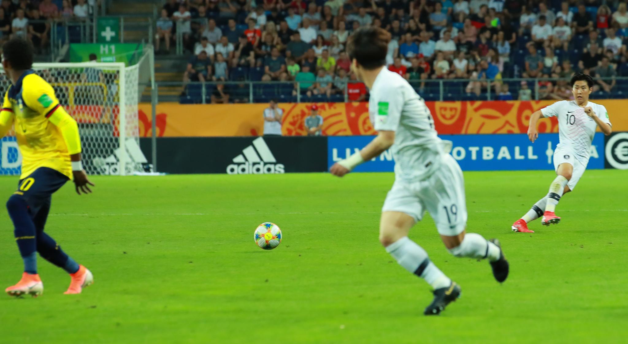 12일 U-20 월드컵 4강전 한국과 에콰도르의 경기. 전반 이강인이 앞쪽의 최준을 바라본 뒤 공간 패스를 하고 있다. 이후 최준의 골로 이 패스는 이강인의 어시스트로 기록됐다. [연합뉴]