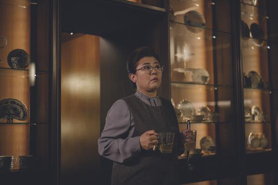 영화 '기생충'에서 이정은이 연기한 박사장네 입주가정부 문광. [사진 CJ엔터테인먼트]