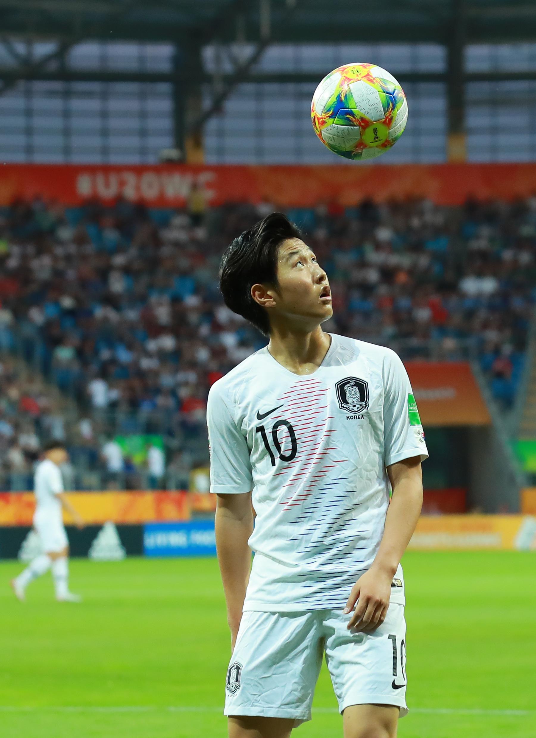 12일 폴란드 루블린 경기장에서 열린 2019 FIFA U-20 월드컵 4강전 한국과 에콰도르의 경기.   전반 이강인이 세트피스 상황에 이동하며 트래핑으로 공을 공중으로 올린 뒤 바라보고 있다. 연합뉴스]