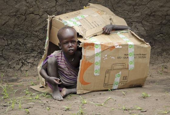 2018년 남수단에서 구호단체 옥스팜이 식량을 지급하고 남은 빈 박스를 장난감 삼아 가지고 노는 아이들. [AP=연합뉴스]