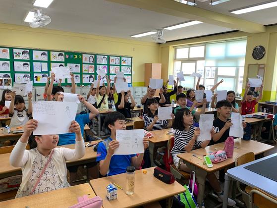 13일 대구 동구 신암초 5학년 학생들이 FIFA U-20 월드컵 국가대표팀을 이끄는 정정용 감독에게 쓴 편지를 들어 보이고 있다. 대구=김정석기자