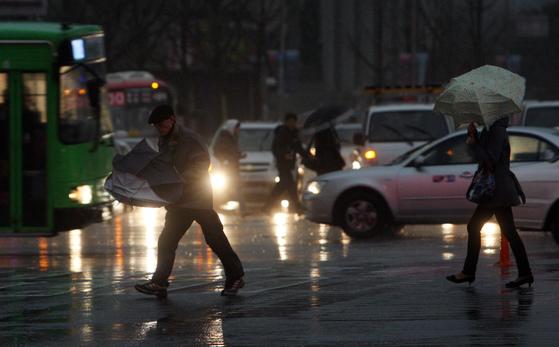 비오는 날 거리의 시민들의 모습. [중앙포토]