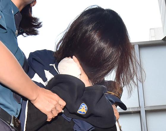 ''제주 전 남편 살해 사건' 피의자 고유정(36)이 12일 오전 제주 동부경찰서에서 제주지검으로 송치되고 있다. [뉴시스]
