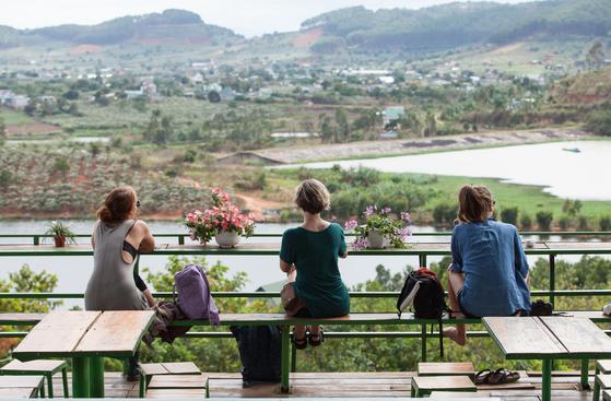 커피 애호가 사이에서 산지를 찾아가 풍광을 즐기고 커피도 시음하는 분위기가 확산하고 있다. 동남아시아의 주요 커피 산지는 아프리카나 중남미보다 가까워 커피 여행을 즐기기 좋다. 사진은 베트남 달랏의 한 커피 농장. 최승표 기자