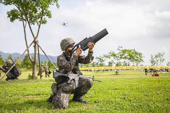 육군53사단 5분 대기조가 삼락생태공원에 등장한 불법 드론을 재밍건으로 제압해 강제 착륙 시키고 있는 장면. [사진 SK텔레콤]