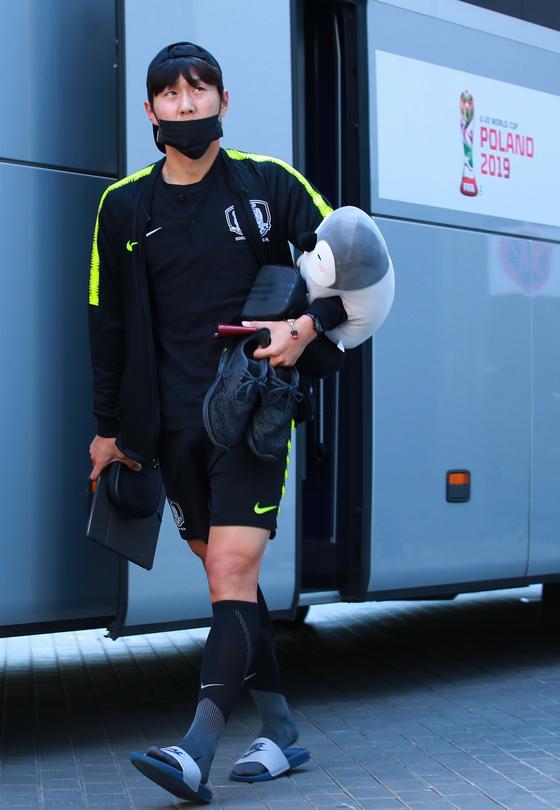 2019 국제축구연맹(FIFA) 20세 이하(U-20) 월드컵 결승에 진출한 대표팀 이강인이 12일 오후(현지시간) 결승전 개최지인 폴란드 우치의 대표팀 숙소에 도착해 버스에서 내리고 있다. [연합뉴스]
