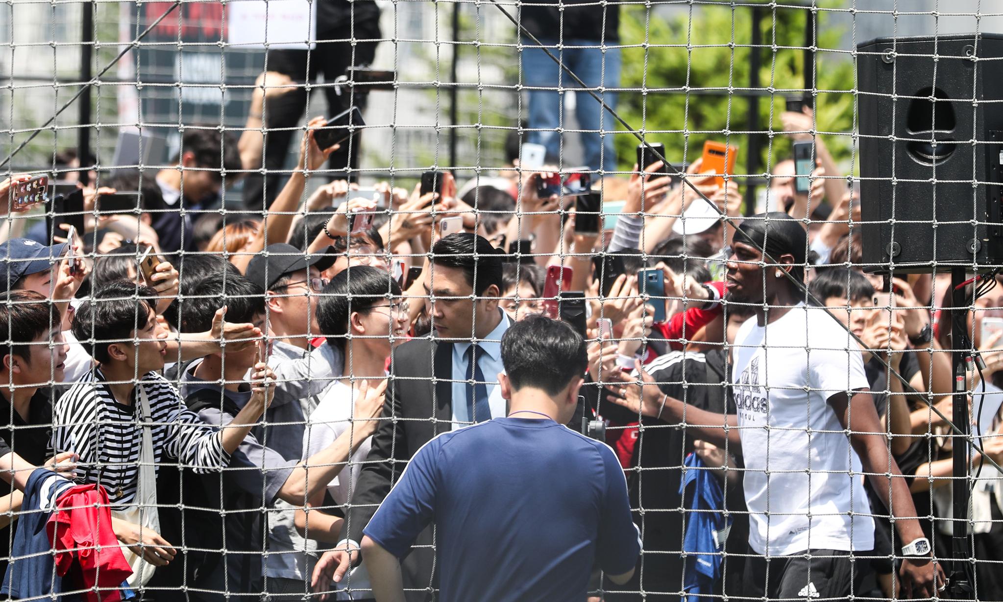 잉글랜드 프리미어리그 맨체스터 유나이티드의 폴 포그바가 13일 서울 용산구 아디다스 더베이스 서울에서 열린 아디다스-폴 포그바 아시아 투어 행사에서 팬들의 환호를 받으며 입장하고 있다. [연합뉴스 ]