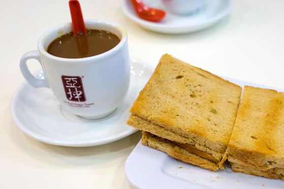 싱가포르 사람들이 아침 메뉴로 즐겨 먹는 진한 커피와 카야 토스트. 백종현 기자