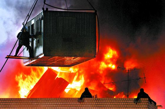 2009년 1월 20일 용산 참사가 발생한 서울 용산 4구역 재개발 지역 내 남일당 건물 옥상 현장. 경찰이 강제 진압을 하고 철거민과 철거민단체 회원들이 저항하는 과정에서 옥상 망루에 불이 나 6명이 숨졌다. [연합뉴스]