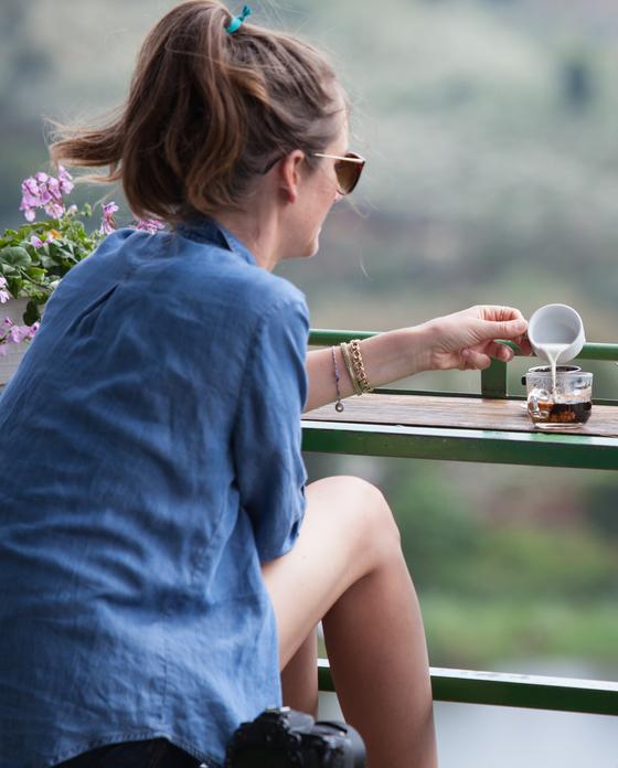 베트남에서는 철제 필터에 내린 걸쭉한 커피에 연유를 타 마시는 '핀 커피'를 즐겨 마신다. 최승표 기자