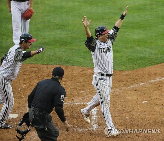 지난 6일 잠실 LG-KT전 9회 말, LG 김민성이 상대 끝내기 폭투 때 홈을 밟은 뒤 두 팔을 번쩍 들어올리고 있다. 사진=연합뉴스