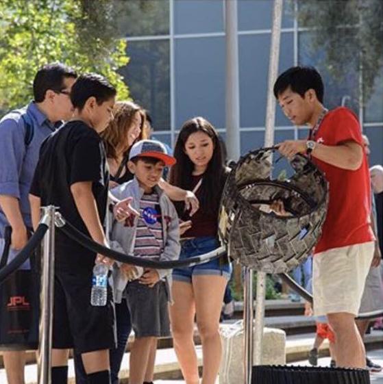 JPL을 방문한 학생들에게 화성 탐사차의 바퀴를 보여주며 설명중인 김헌주 연구원(제일 오른쪽). [사진 김헌주 연구원]