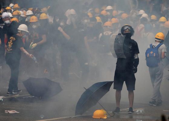 홍콩 시위대가 12일 거리에서 시위를 벌이고 있다. [로이터=연합뉴스]