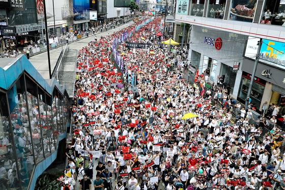 지난 6월 9일 범죄인 인도 법안을 거부하며 홍콩 거리를 가득 메운 시위대의 모습. 이들은 범죄인 인도협약을 맺지 않은 중국으로 범죄인을 보낼 수 있게 하는 이 법안이 홍콩 내 민주인사나 반중국인사를 탄압할 길을 열어줄 수 있다고 우려한다. [AP=연합뉴스]