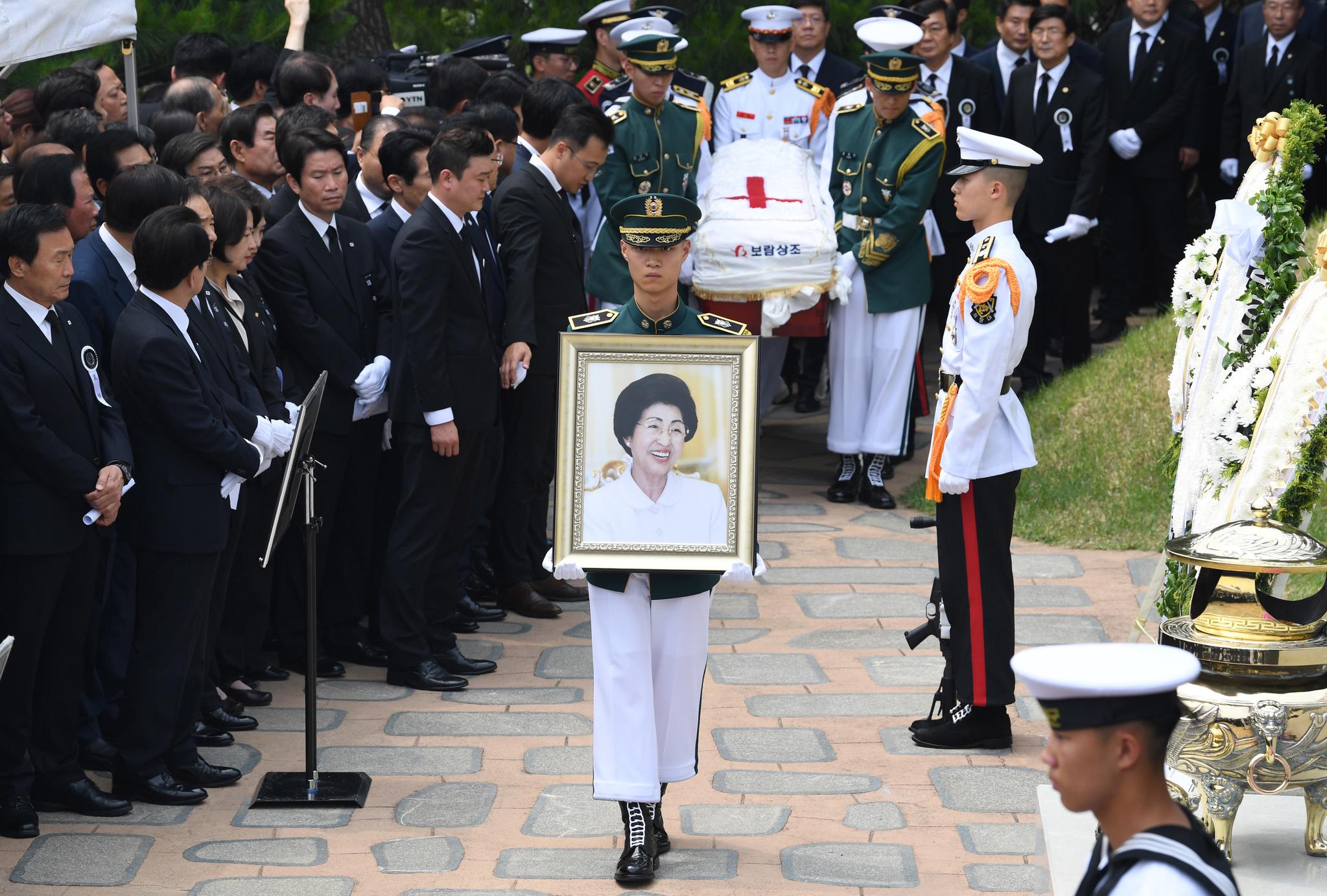 14일 서울 동작구 현충원 김대중 전 대통령의 묘역서 열린 고 이희호 여사의 안장식에서 국군 의장대가 상여를 운구하고 있다. 우상조 기자