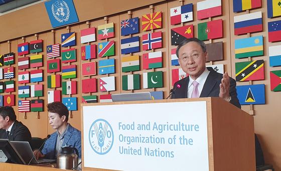 KT 황창규 회장이 지난 12일(현지시간) 이탈리아 로마에서 열린 유엔식량농업기구(FAO)의 '디지털 농업혁신' 콘퍼런스에서 기조연설을 하고 있다. [사진 KT]