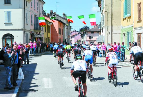 지로E 대회는 지로 디탈리아(이탈리아 일주도로 사이클대회) 기간에 같은 코스에서 열리는 비경쟁 대회다. 후원사들이 팀을 꾸려 출전하는데, 지로 본진보다 3시간 전에 코스를 통과해 대회 분위기를 끌어올리는 역할도 한다. [사진 지로E 대회조직위]