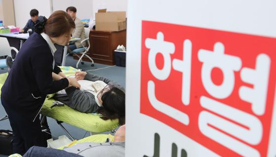 부산시가 부산지방경찰청이 20일 부산광역시청 대회의실에서 헌혈릴레이를 실시했다. 송봉근 기자