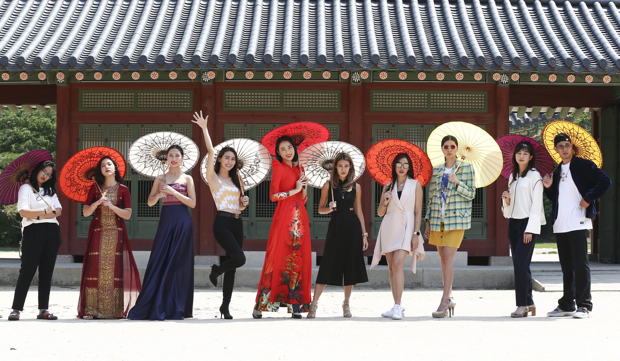 오늘(14일)부터 16일까지 서울광장에서 열리는 '2019 아세안 위크' 패션 페스티벌에 참여하는 한국과 아세안 모델들이 13일 서울 중구 덕수궁에서 포즈를 취하고 있다. 패션쇼는 오는 15일 오후에 열린다. 임현동 기자