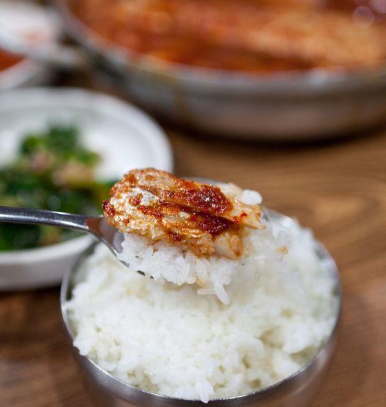 짭조름한 갈치조림을 흰쌀밥에 얹어 먹으면 꿀맛이다. 남대문 시장에 갈치조림 골목이 있지만 갈치의 씨알이 작아 아쉬울 때가 많다. 씨알 굵은 제주 은갈치 조림이 진정한 제맛이다. [중앙포토]