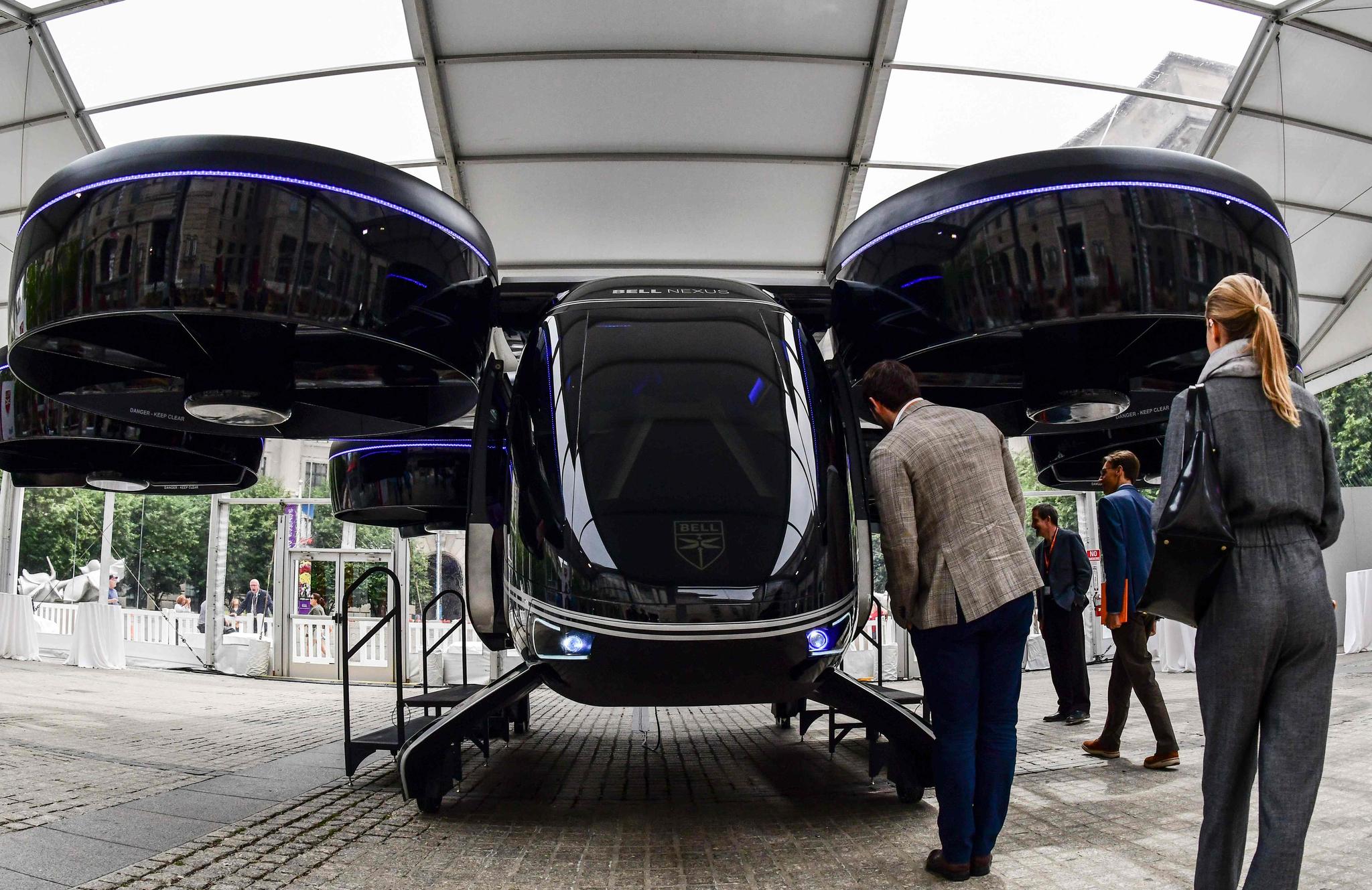 12일(현지시간) 미국 워싱턴 DC에서 열린 우버 엘레베이터 서밋을 보러온 방문객들이 '벨 넥서스' 컨셉트 차량을 살펴 보고 있다. [AFP=연합뉴스]