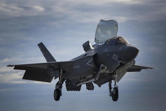 수직착륙하고 있는 F-35B. [사진 록히드마틴]